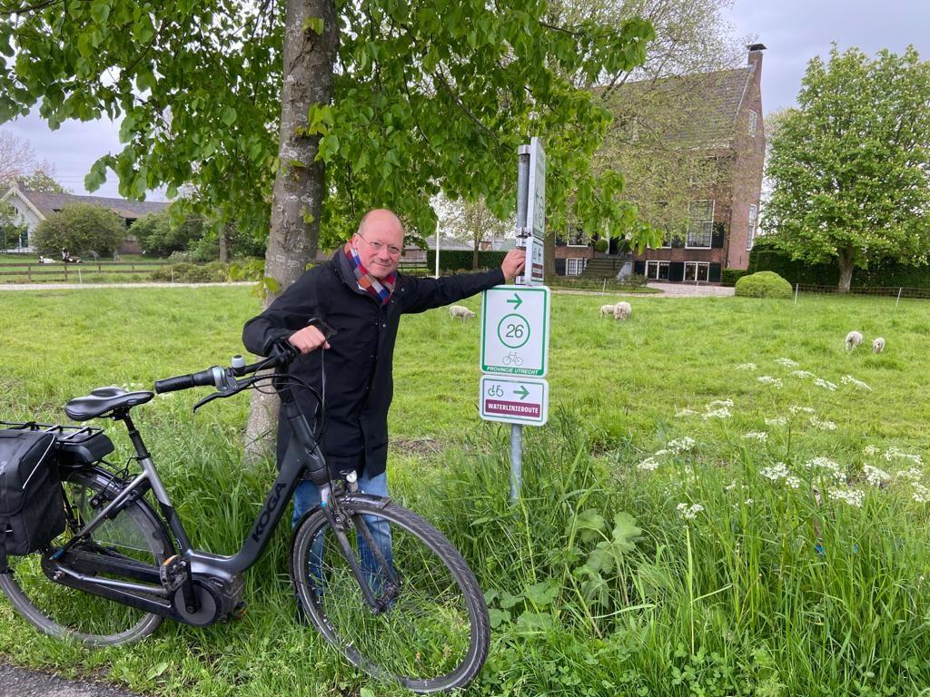 Burgemeester Maarten Divendal plaatst eerste routebordje LF-Waterlinieroute