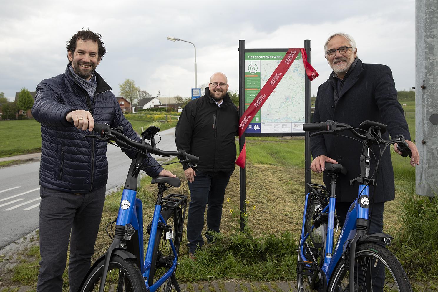 gedeputeerde en wethouder heropenen het fietsroutenetwerk Vijfheerenlanden